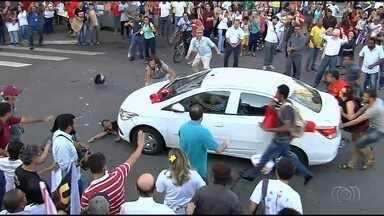 Motorista atropela manifestantes que pediam renúncia de Michel Temer em Goiânia - Confusão ocorreu na Avenida Anhanguera e pelo menos duas pessoas ficaram feridas. Carro foi cercado e depredado. Organização diz que cerca de 300 pessoas participaram do ato.