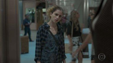 Ivana faz compras para renovar o guarda-roupa - Depois de conversar com a psicóloga, a jovem compra novas roupas e Joyce critica as escolhas da filha