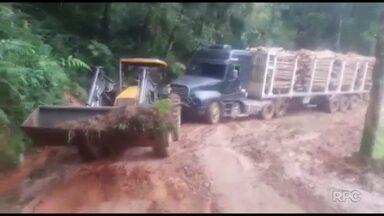 Moradores reclamam do estado de estrada rural no interior de Ponta Grossa - Tratores estão sendo usados para ajudar caminhoneiros.