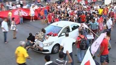 Motorista tenta furar bloqueio durante protesto e atropela manifestantes, em Goiânia - Grupo pedia a renúncia do presidente Michel Temer quando houve a confusão.