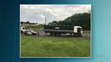 Caminhão com cigarros é apreendido em Umuarama - Veículo estava carregado com cerca de 250 mil maços de cigarros. Duas pessoas foram presas.