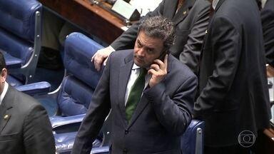 Afastado, Aécio Neves, prepara um recurso para retornar ao Senado - O delator Joesley Batista afirma que o senador afastado Aécio pediu R$ 2 milhões para pagar despesas com advogados.