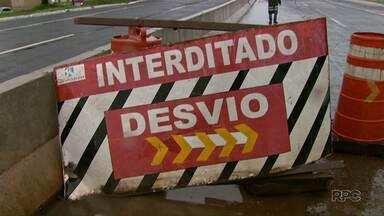 Liberação de tráfego em viadutos da PR-445 é último passo para fim da duplicação - Operários fizeram os últimos ajustes da rodovia debaixo de chuva.