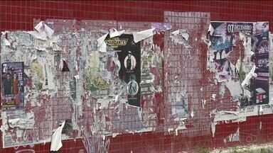 Cartazes de anúncios colados em locais públicos incomodam moradores de Cachoeiro, ES - Prática é proibida pelo Código de Posturas na cidade.