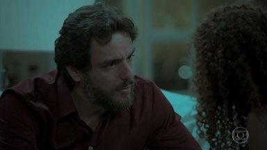 Caio afirma para Leila que sua história com Bibi faz parte do passado - Heleninha repreende Eurico e Junqueira pela saia justa que criaram. Todos sentem falta de Joyce e Cibele
