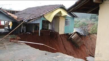 Cratera de 15 metros se abre em meio a casas numa área rural de Cianorte - A Defesa Civil interditou a área. Em Cianorte, no noroeste do estado, choveu nesta sexta-feira (19) a mesma quantidade esperada para todo o mês de maio.