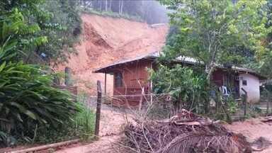 Família deixa casa após deslizamento de encosta em Guabiruba - Família deixa casa após deslizamento de encosta em Guabiruba