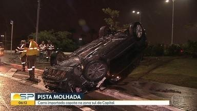 Carro capota na Zona Sul da capital - Motorista perdeu controle no início da Avenida Juscelino Kubitschek.