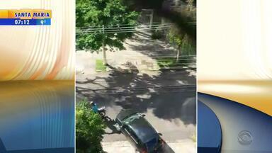 Vizinho grava momento em que mulher é assaltada no bairro Petrópolis em Porto Alegre - Mãe conseguiu tirar as filhas, antes que levassem o carro.