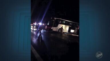 Ônibus tomba na Rodovia dos Bandeirantes, em Campinas, e fere dois - Pista teve interdição em uma das faixas.