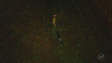 Motociclista fica ferida após cair de barranco na zona norte de Ribeirão Preto, SP - Vítima foi socorrida pelo Corpo de Bombeiros e levada em estado grave à Santa Casa.