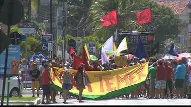 Manifestantes fazem caminhada na orla de João Pessoa pela renúncia de Temer - Cerca de 500 pessoas participaram no ato neste domingo (21), segundo organizadores.