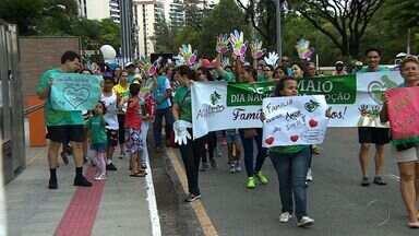 Caminhada reúne famílias para despertar o debate sobre adoção - Caminhada reúne famílias para despertar o debate sobre adoção.