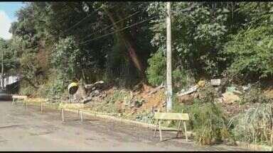 Deslizamento de terra interdita rua no Parque Imperador, em Campinas - Rua Antônio Veiga foi interditada às 6h15 e o trânsito flui em somente uma das faixas. Há risco de desabamento de uma casa.