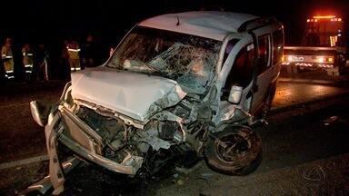 Batida violenta entre carro e caminhão deixa um ferido na BR-070 - Batida violenta entre carro e caminhão deixa um ferido na BR-070.