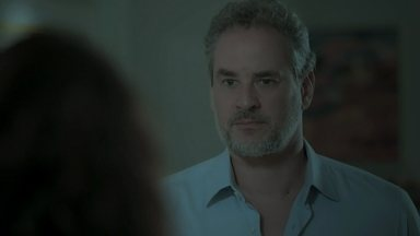 Eugênio se surpreende ao encontrar Irene em sua casa - Zu avisa que Joyce está com visita