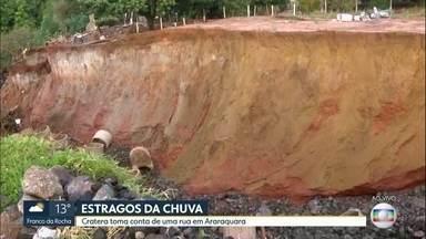 Cratera em rua de Araraquara atrapalha moradores da região - Após chuvas, buraco se abriu na periferia.