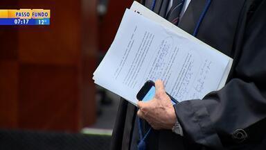 Pedido de vista adia decisão de processo contra pais de vítimas da boate Kiss - Ação penal foi movida pelo promotor Ricardo Lozza em setembro de 2015.