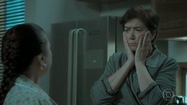 Silvana pede a ajuda de Dita para manipular Eurico - Empresário pressiona funcionária por causa do relógio de seu pai