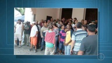 Servidores públicos de Teresópolis, RJ, protestam contra salários atrasados - Assista a seguir.