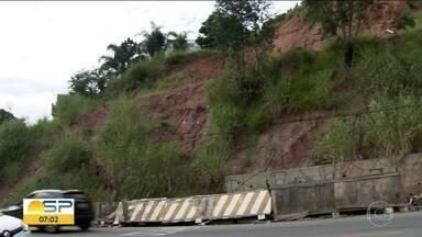 """Moradores reclamam de barranco desmoronado há 5 anos na Zona Oeste de SP - Prefeitura faz """"estudo mais aprofundado"""" para obra em barranco."""