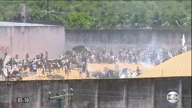 Presos usam túnel para promover a maior fuga da história do RN - A polícia recapturou 9 dos 88 detentos que escaparam do presídio de Parnamirim.