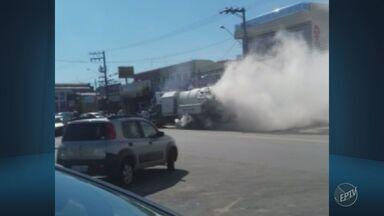 Caminhão pega fogo no fim da manhã desta sexta na Avenida Ruy Rodriguez, em Campinas - A fumaça tomou conta da pista e mal dava para enxergar o veículo.