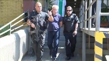 Justiça determina a prisão de um ex-banqueiro e um ex-diretor da Petrobras - Os dois são suspeitos de receber propina em um negócio que deu prejuízo para a Petrobras. Parte do dinheiro, segundo as investigações, foi para o ex-deputado Eduardo Cunha, do PMDB.