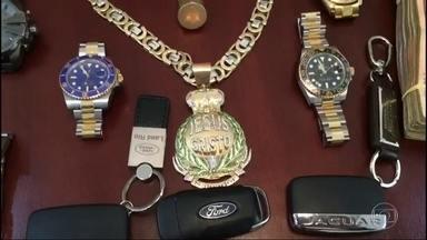 Dinheiro do tráfico transformado em joias, carros e imóveis de luxo - Cinco suspeitos de lavarem dinheiro para umas das maiores facções do Rio foram presos pela polícia civil.