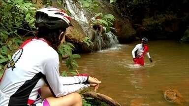 Grupo de ciclistas é contaminado por esquistossomose em cachoeira da Chapada Diamantina - Dois meses depois da viagem, todos os ciclistas foram contaminados. A doença acontece por água contaminada.