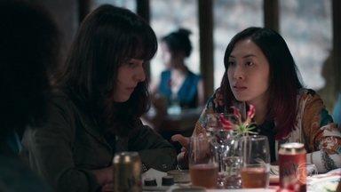 Tina conta para as amigas a dura policial que Anderson levou - Mitsuko repreende a filha por manter a amizade com meninas da escola pública. Tina diz a Anderson que não sabe se vai conseguir manter o relacionamento com ele