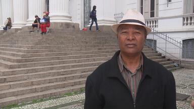 Confira os depoimentos do dia 29 de maio - As pessoas que foram até a praça Santos Andrade estão a procura de irmãos, pais, avós e amigos
