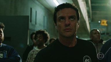 Resgate no Inferno - O carcereiro Adriano se vê obrigado a entrar num bloco com presos rebelados para libertar o filho de um líder de facção que corre risco de vida.