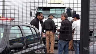 Bandidos são mortos em tentativa de assalto, em São José dos Pinhais - Eles entraram numa revenda de carros no meio da manhã de quarta-feira(31). Os dois foram mortos e o dono levado ao hospital com um tiro de raspão. A polícia investiga o crime