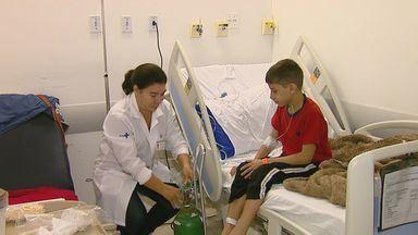 Hospitais de São Carlos lotam com aumento de mais de 60% nos atendimentos pediátricos - Situação é reflexo do fechamento de 2 UPAs e da falta de médicos.
