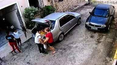 Bando assalta carro de família na porta de casa; vídeo - Bando assalta carro de família na porta de casa; vídeo