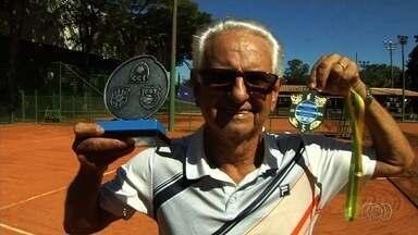 Aos 76 anos, Seu José dá exemplo no tênis - Veterano esbanja simpatia nos treinamentos e coleciona conquistas.