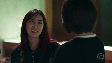 Tina revela para Mitsuko que está namorando Anderson - Sem saber que Noboru manteve segredo sobre dura da polícia, Tina acaba entregando tudo para a mãe