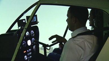 """""""Qual vai ser?"""": jovem experimenta profissões para escolher carreira - Marcella experimentou três profissões: Audiovisual, Ciências Aeronáuticas e Terapia Ocupacional."""