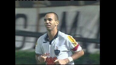"""Em um jogo de sete gols, o Vitória venceu o Galo com hat-trick e """"lei do ex"""" em 2010 - Evandro, que defendeu o Atlético-MG em 2009, marcou o gol da vitória baiana"""