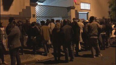 Moradores reclamam de espera para entrar na festa junina da Fesc em São Carlos - Atraso de quase 2 horas foi por falta de alvará dos bombeiros.