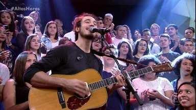 Tiago Iorc levanta a plateia do Altas horas com 'Chega Pra Cá' - Confira!
