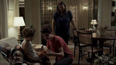 Yuri vai à casa de Bibi falar com Dedé - Heleninha fica furiosa