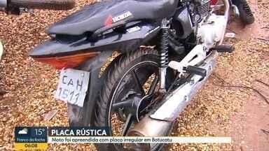 Polícia investiga caso de placa de moto feita de modo artesanal em São José dos Campos - A polícia investigou e descobriu que os dados da placa são de um carro de São José dos Campos. O rapaz que dirigia não tinha habilitação e disse que comprou a moto em uma rede social. Ele também disse que não sabia a procedência da motocicleta e que também não conhecia o vendedor. A moto foi apreendida e a polícia vai investigar o caso.
