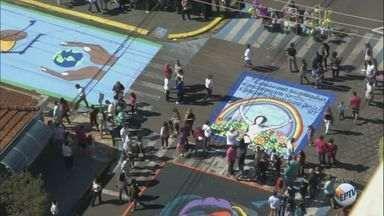 Tapete gigante enfeita Matão para a procissão de Corpus Christi - Caminho repleto de desenhos coloridos é uma tradição na cidade.