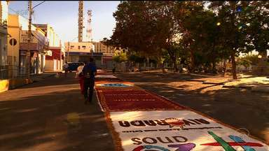 Católicos de Petrolina confeccionaram o tapete tradicional de Corpus Christi - O tapete tem mais de 300 metros.