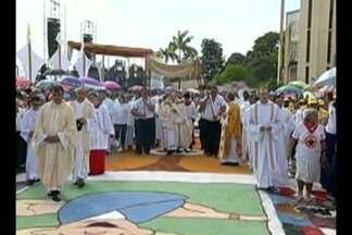 Veja as celebrações de Corpus Christi no interior do Pará nesta quinta-feira (15) - Tradicional tapete de serragem foi montado pelos católicos nas ruas de Castanhal.