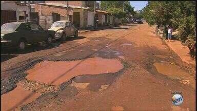 Em forma de protesto, moradores promovem pescaria em vazamento de água em Ribeirão Preto - Motoristas reclamam de buraco aberto na Rua Monte Azul, no Jardim Salgado Filho.