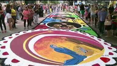Tapetes de Corpus Christi movimentam comunidades no Sul do ES - Na festa mais tradicional, em Castelo, são esperadas mais de 80 mil pessoas para ver um tapete com 1,5 km de extensão. Veja a programação pelo estado.