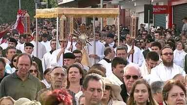 Procissão de Corpus Christi leva 50 mil fiéis às ruas de Ponta Grossa - A caminhada passou pela Avenida Vicente Machado e terminou com uma celebração.